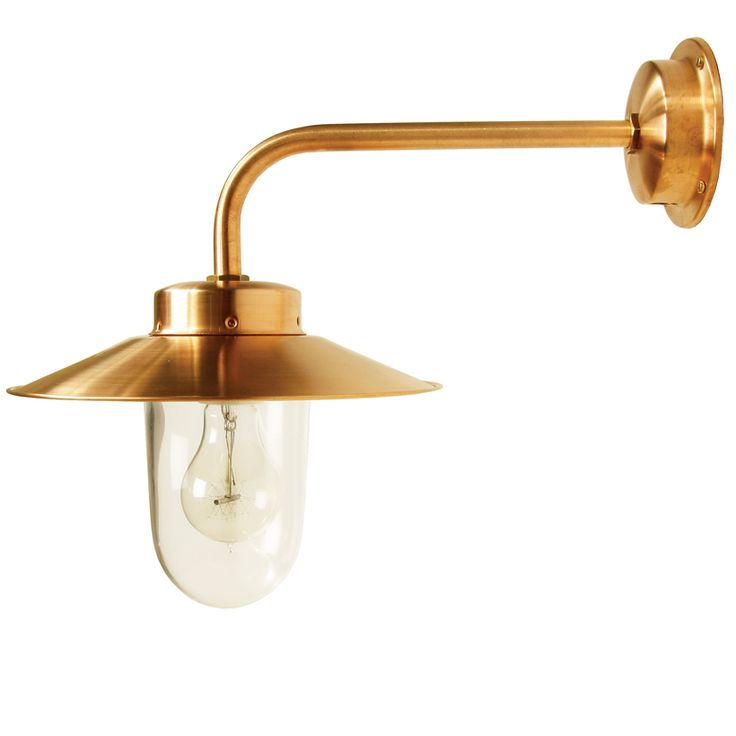 Stallampa av kopparplåt med klart stallglas. E27-sockel, 75W, IP23. Bygger 405 mm ut från vägg. Totalhöjd 280 mm.