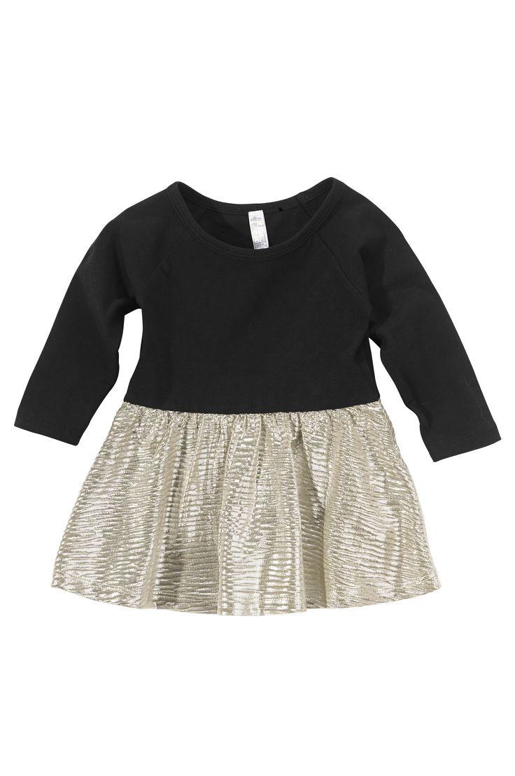 Juhlava pitkähihainen mekko, jossa raglanhihat. Päälleommeltu hameosa hohtavaa polyesteriä. Yläosan trikoo 95% puuvillaa ja 5% elastaania.