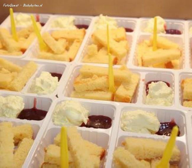 lekkere traktatie voor mijn verjaardag   - cake soldiers, jam & cream..