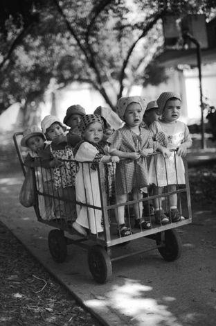 Children in a kibboutz - Israel -  Chantal Stoman est une photographe française qui vit et travaille à Paris. Elle a étudié la photographie à l'Hadassa Institute of Photography et est devenue photographe en 1996 avec, comme domaine de prédilection, la mode. Ses images ont été publiées dans la presse française et internationale. En 2002, elle trouve son style dans la « mode-reportage », démarche plus personnelle qui l'amènera à un travail reconnu dans le monde de l'art.