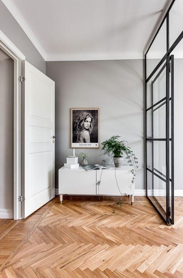 Mueble recibidor / Dormitorio con pared de vidrio / Colores soft y un vestidor low cost #hogarhabitissimo #parquet en espiga