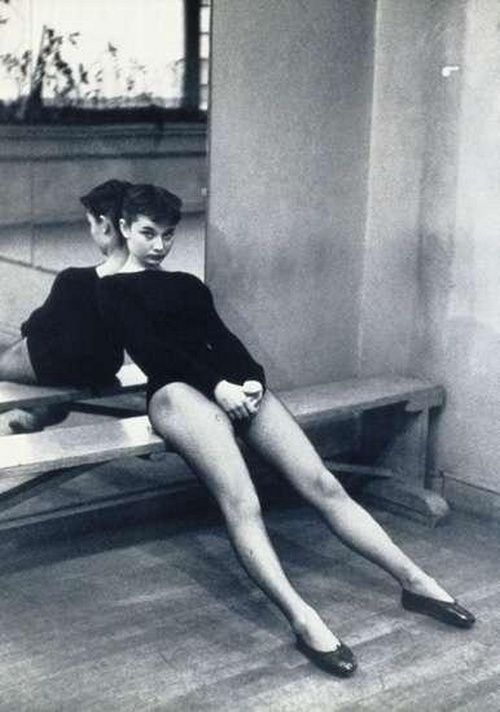 Audrey Hepburn takes a break during dance class, 1950s.  Even her leotards were fabulous! And the shoes...