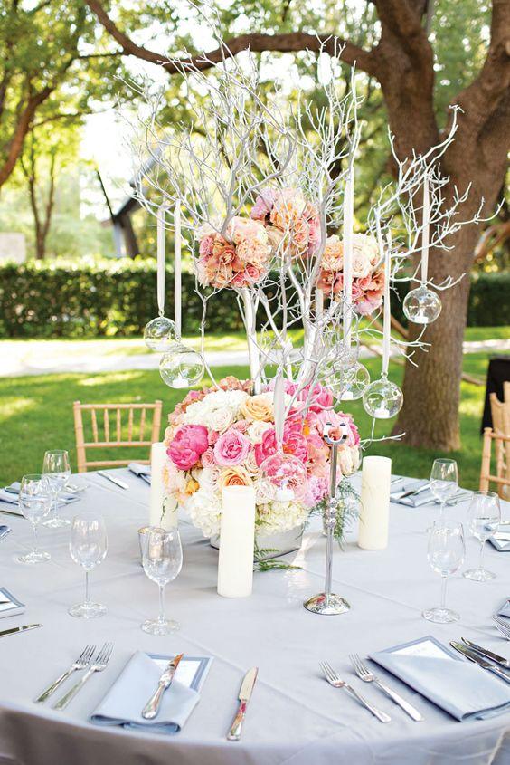 Decoraciones llenas de color para tus centros de mesa, complementadas con esferas Burbuluz, para eventos de noche utiliza velas led
