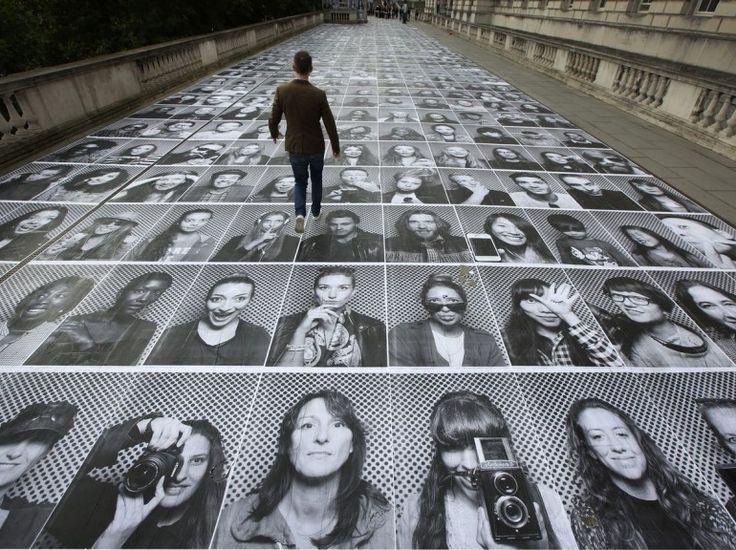 Une rue londonienne inondée de photomatons. Outre les portraits produits dans son camion, l'artiste français JR reçoit également des photos par...