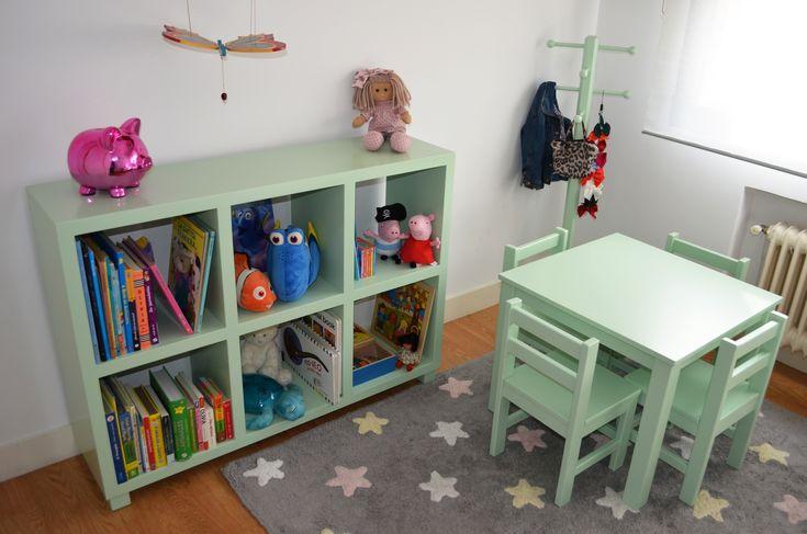La mesita método Montessori es perfecta para la zona de juegos de tu hijo, adaptada a su tamaño y con preciosos diseños.