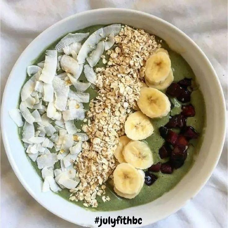 ⚠IdéePetitDéjeuner⚠ . 👉🏻Mélangez un yaourt au soja avec 2 c à c de poudre de matcha 👉🏻Agrémentez de copeaux de noix de coco, de flocons d'avoine, de banane et de dattes . Bonne dégustation !🍇❤️