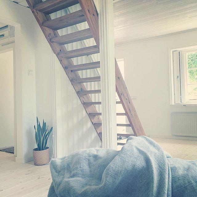 HaLLen med trappen till andra våningen. Inte bestämt om jag ska låta trappen vara eller om jag ska försöka betsa till liknande färg som golvet.. Just nu tror jag allt att jag gillar den lite som den är ☺️