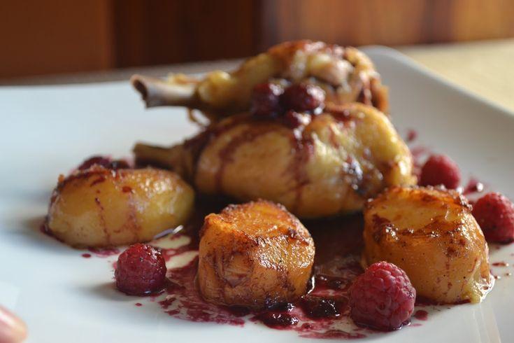 Muslos de pollo confitado con patatas fondant y reducción de vino a los frutos del bosque. - ivan-duran-miguel - Receta - Canal Cocina