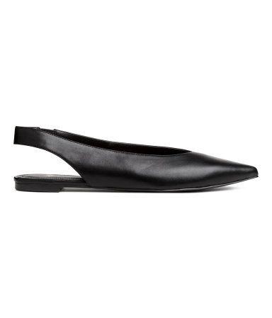 Siyah. Suni deriden, sivri burunlu, bir yanda kaplı lastikli, arkası açık ayakkabı. Suni deri astarlı ve iç tabanlı, lastik alt tabanlı.