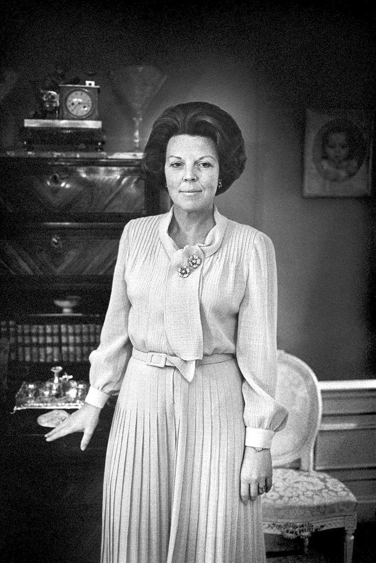 Het koningschap van koningin Beatrix kende een roerige start, met krakers die rookbommen gooiden op de dag van de inhuldiging en de ME die eraan te pas moest komen. Maar de koningin werd in de jaren daarna steeds geliefder. Ze werd steevast geroemd om haar professionele optreden en haar gedegen voorbereiding van staatsbezoeken. Ook stond ze bekend om haar tomeloze energie. In de afgelopen 33 jaar dat zij het land regeerde, bracht ze talloze staatsbezoeken en bezocht onvermoeibaar…