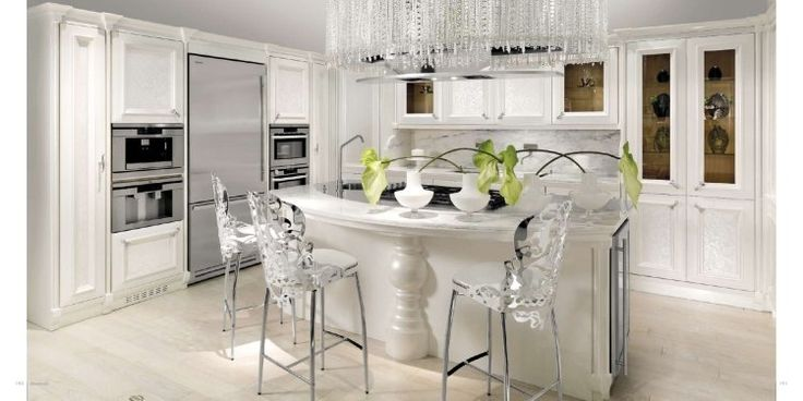 cuisine art déco en blanc neige, tabourets design et suspension originale