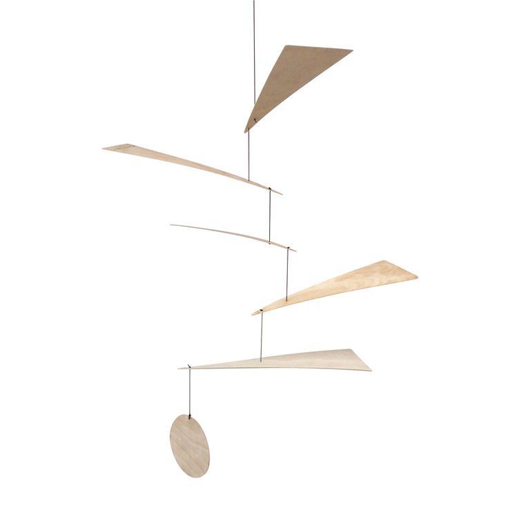 Blades mobilen i træ er lavet af papirtyndt krydsfiner af FSC certificeret birketræ fra Finland. Så hvis du leder efter en design uro i træ har du her en let mobile / uro, som er meget levende, og reagerer på hvert et lille vindpust. Hvert blad balancerer i en enkelt punkt, og er nøje afstemt med spidsen af en syl af Livinglys dygtige hjemmearbejdere. Stilen er grafisk enkel, og træets karakter giver fine spændstige buer med et levende udtryk. En træmobile / træuro i fin balance kan...