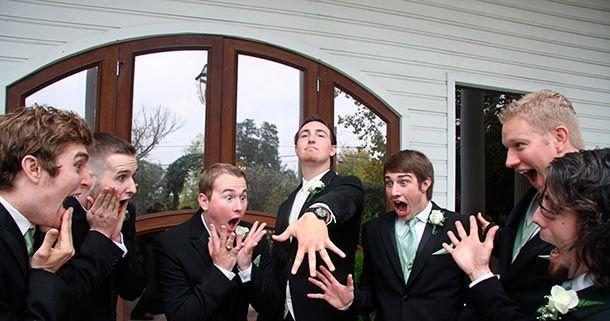 padrinos de boda viendo anillo del novio