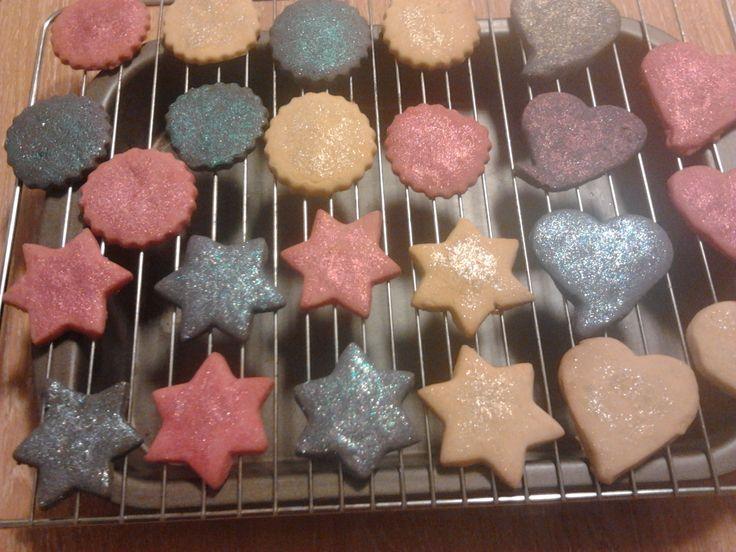 Deliciosas galletas de mantequilla,con brillos de purpurina