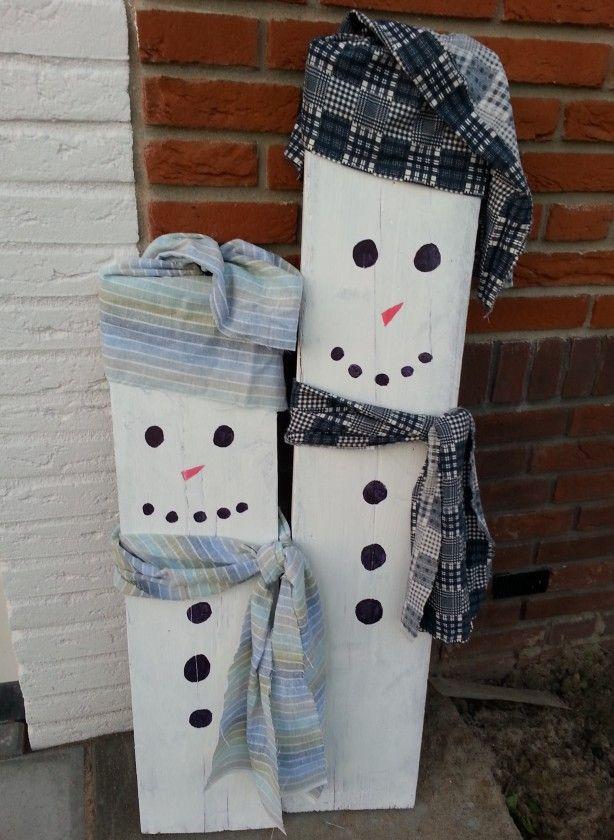 Gave sneeuwpoppen voor bij de voordeur. Plank in 2 stukken zagen. Witte grondverf met watervaste stift en een lapje stof.