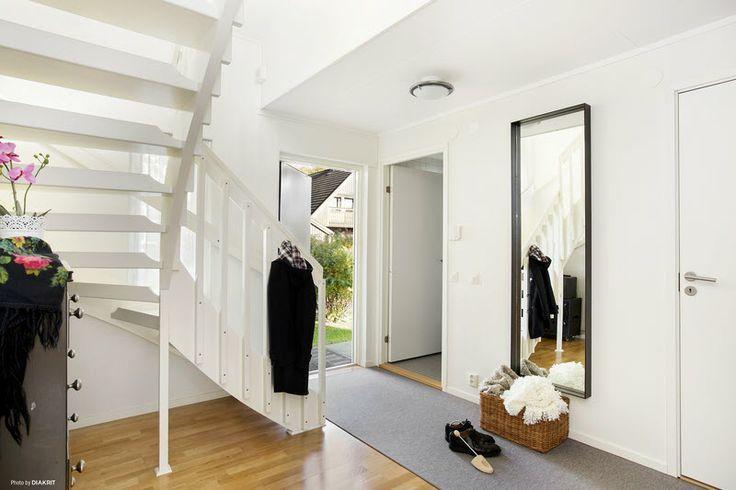 Entren och trappa till övervåningen.Smal hall med sned trappa
