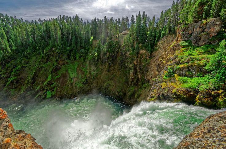 Au bord des chutes de Upper Falls sur la rivière Yellowstone - Parc national de Yellowstone, Wyoming, USA