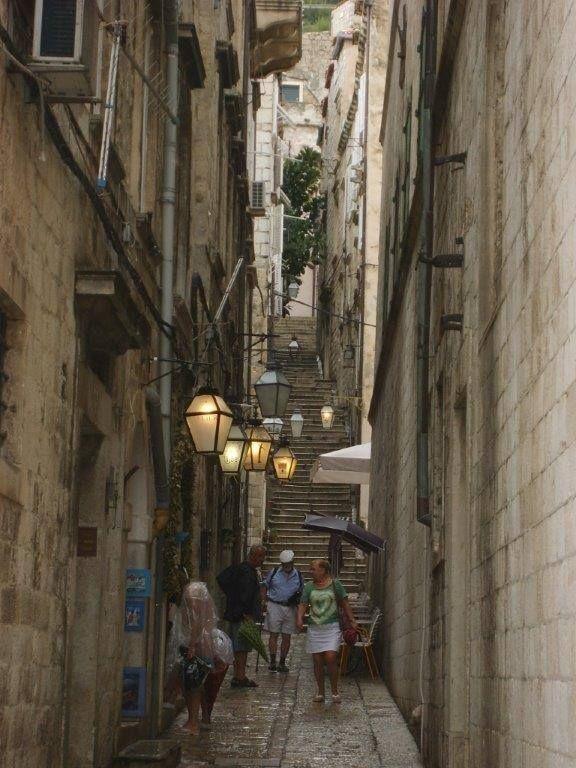 Sinangog ve Yahudi Müzesi. Zudioska 5. Biz çok beğendik burayı. Küçük ve dar bir yolda bulunuyor. 3 katlı. 15. yy'da şehirde yaşayan Yahudileri hayatını anlatıyor. Portekiz ve İspanya'dan göç eden cemaatin hayatını burada inceleyebilirsiniz... Daha fazla bigi ve fotoğraf için; http://www.geziyorum.net/dubrovnik/