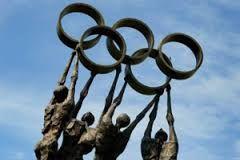 En los primeros Juegos Olímpicos de la era moderna en Atenas 1896, participaron 241 atletas masculinos —no hubo participación femenina— de 14 países, que disputaron en 43 competiciones de 9 deportes.