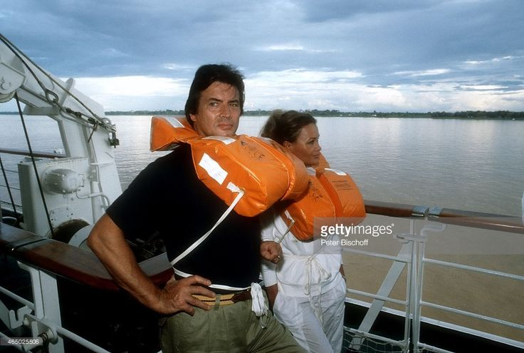 'Pierre Brice, Ehefrau Hella Brice, am Rande der Dreharbeiten zur ZDF-Reihe ''Traumschiff'', Folge 8 ''Kenia'', Episode 3 ''Kilimandscharo'' am auf Kreuzfahrtschiff MS ''Astor''. (Photo by Peter Bischoff/Getty Images)'