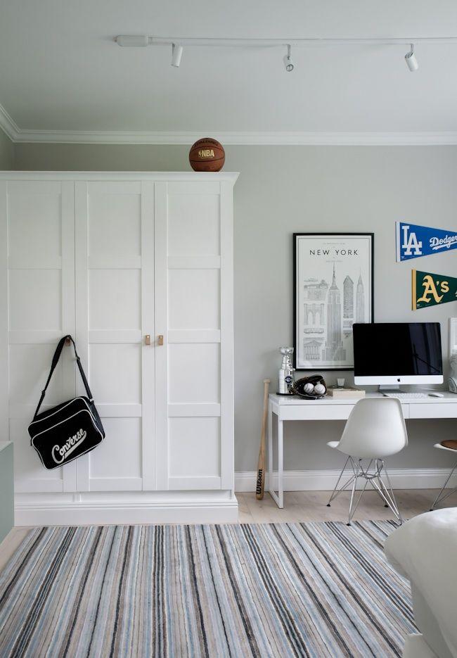 Platsbyggd IKEA PAX-garderob hos House of Philia. Spegeldörrar, platsbyggd förvaring.