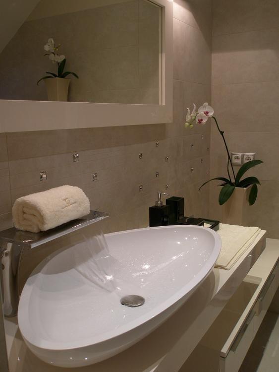 Umywalka nablatowa biała w łazience na poddaszu