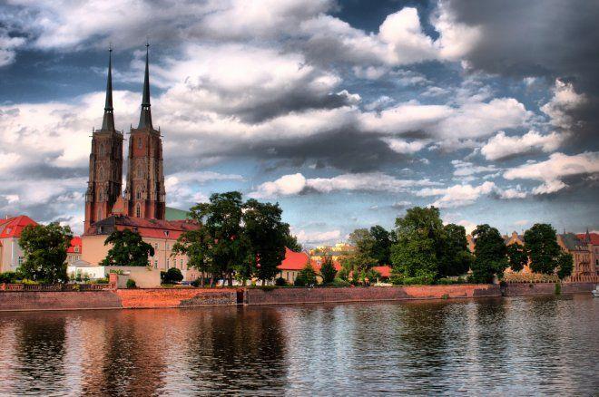 Na blogu wroclawzwyboru.pl znaleźliśmy fotografie autorstwa Pana Spisaka. Zdjęcia przygotowano w technice HDR, co sprawia, że stolica Dolnego Śląska wygląda jak miasto rodem ze świata fantasy.