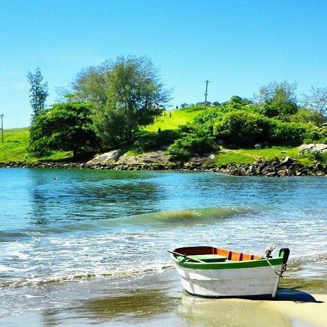 Bela imagem do barquinho de pesca na Praia da Armação, situada na cidade de Florianópolis. Foto: @jeansempreviajando.