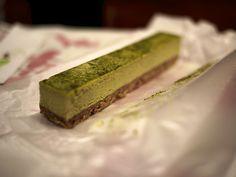 La cheesecake al tè verde Matcha è una torta fredda composta da una base di pasta sulla quale poggia uno strato di crema di formaggio arricchita dal prezioso ingrediente giapponese con l'aggiunta di yogurt e panna. http://ricettepertorte.it/ricetta/cheesecake-al-te-verde-matcha/ #Ricettepertorte #Japanese #Matcha #Greentea #Cheesecake