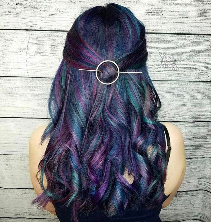 The prettiest Oilslick hair by @heididoeshair ! What current hair trend are you loving? #hairinspo