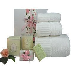 Luxurious 3 pc bath towel set along with sweetly perfumed soy candle and bath soap. #mothersdaygifts #gifthampers