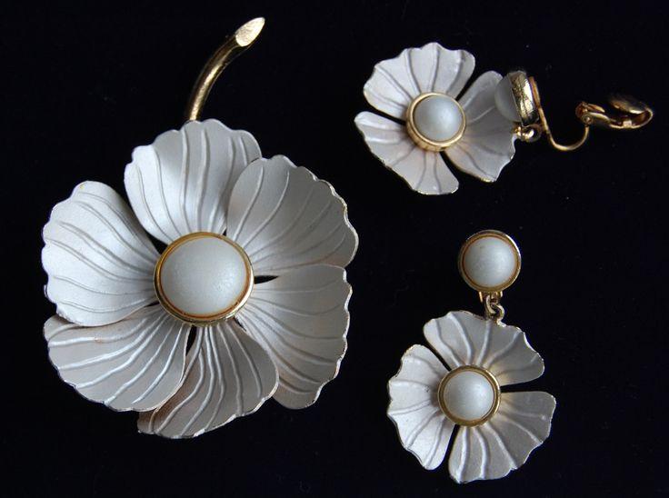 Комплект брошь и клипы цветочный дизайн, ювелирный сплав золотистого тона, эмаль.