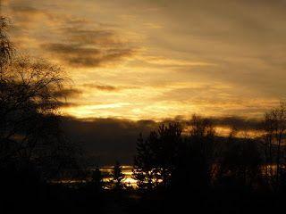 Travelling with camera obscura: Auringonlasku noin klo 14.45 Auringonlasku noin klo 14.45 Oho. Tänäänkin aurinko nousi ja laski komeasti. Eilen oli kovin pakkanen -31 ja rista. Mutta niin kai oli kaikkialla Suomessa. Sunset that  o´clock 06.01.2017 aurinko laskee ennen kolmea Suomen aikaa. Kiirehdin auringonlaskua kohti kuten Bram Stokerin Draculassa ;)