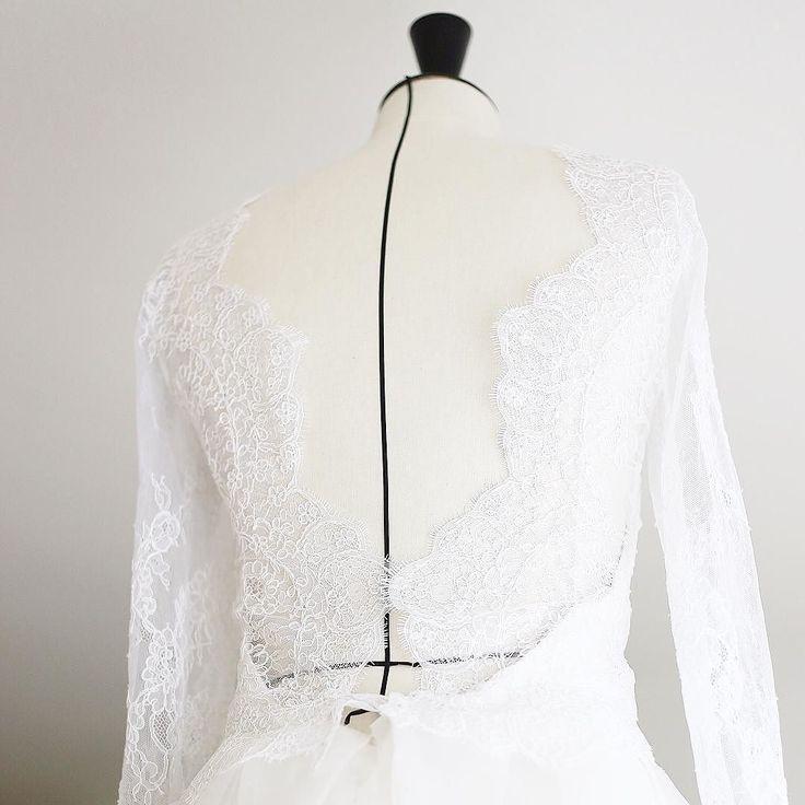 Les robes de mariée Haute Couture dans un atelier parisien il y a quelque chose de beau je trouve dans le fait de pouvoir découvrir un atelier en plein rush et de capturer les backstages les finitions et retouches sur des robes sublimes et de soutenir la création made un France  -------------------------------------------------- Beautiful details from Haute Couture wedding Dress collection in a parisian workshop. How i love to capture behind the scene !  This is amazing to discover the…