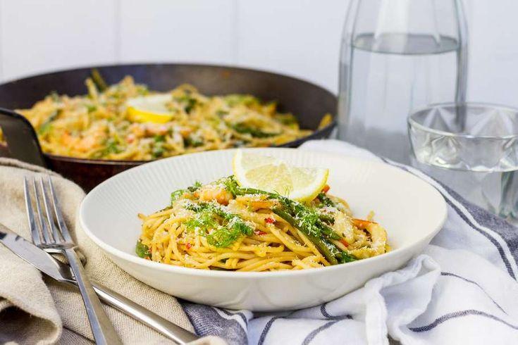 Recept voor spaghetti voor 4 personen. Met zout, olijfolie, peper, spaghetti (pasta), groene asperge, cherrytomaat, Roerbakgarnaal, venkel, grana padano, citroen, platte peterselie, rode peper en knoflook