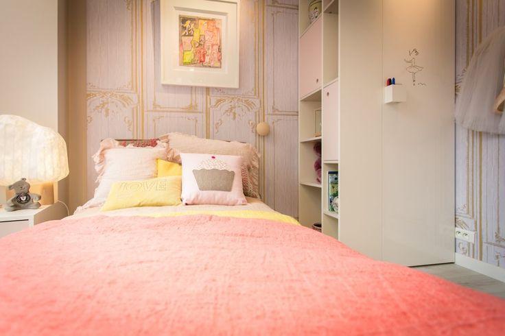 chambre de fille avec le mobilier nidi papier peint elitis linge de lit maison de vacances. Black Bedroom Furniture Sets. Home Design Ideas