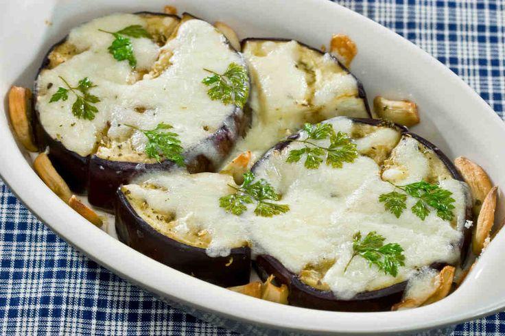 Zapiekane bakłażany pod serem z białym winem #smacznastrona #przepisytesco #zapiekanka #bakłażan #ser #wino #pycha