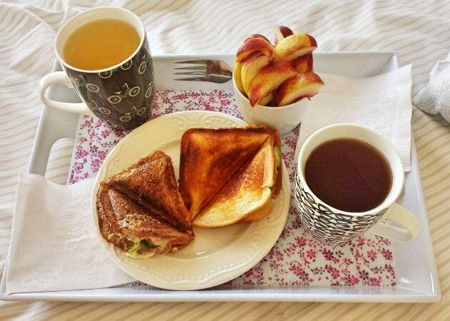 Selladitos con queso y palta, duraznos plátanos,  té negro y té verde con esencia de frutos rojos. <3