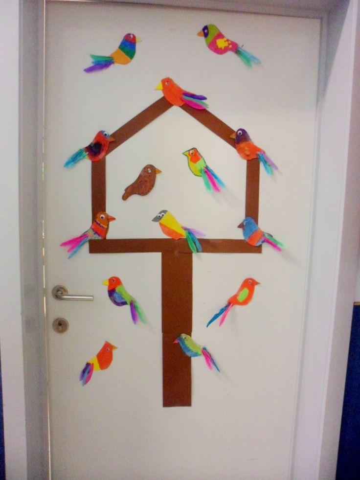 Een voederhuisje met vogels, vorige week gemaakt door het fantastische tweede leerjaar! © Cindy H.