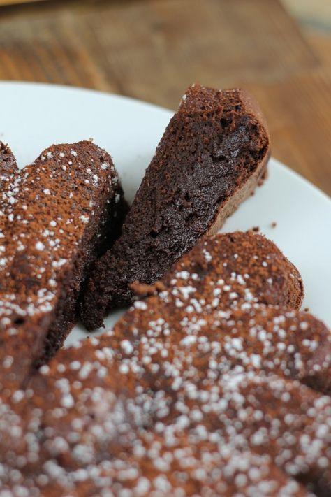 Je me demande si je ferais un jour le tour de toutes les recettes de gâteaux au chocolat ! En voici une nouvelle qui s'en va rejoindre mon impresssionnante collection. Elle se fait direct une place dans le top 5 !! Un vrai délice. Essayez la et vous serez...