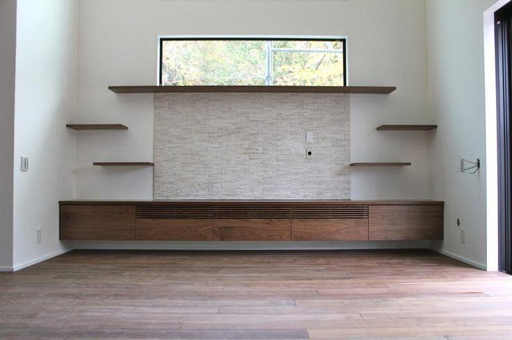 幅が4mのウォールナットのテレビボード。 宙に浮いたように固定しています。  扉には、ウォールナットの無垢材。 扉の木目を通すため、長さ4m以上の材から削り出し、扉を割り振りました。  飾り棚は、金具が見えない方法で固定。 ルーバーは、オリジナルデザインです。