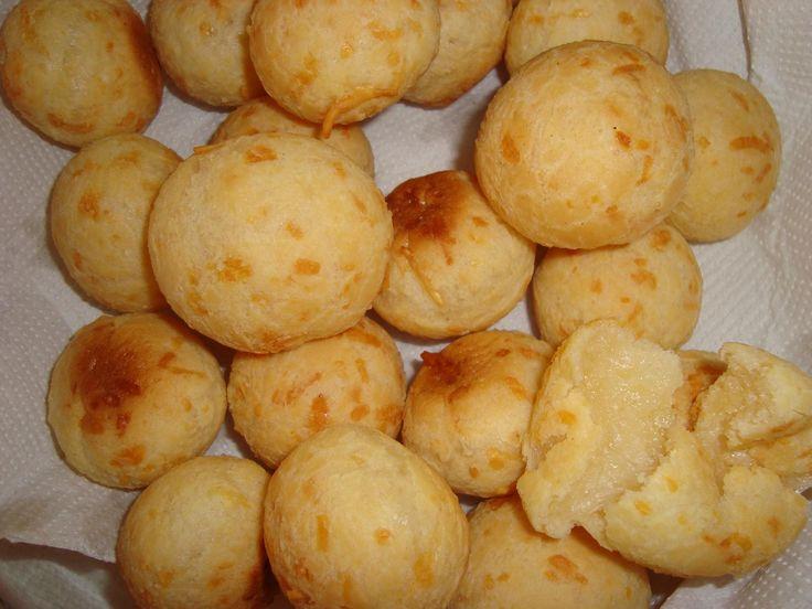 500 g de polvilho azedo 1 copo (americano) de água 1 copo (americano) de leite 1/2 xícara de óleo 2 ovos 100 g de queijo parmesão ralado sal a gosto