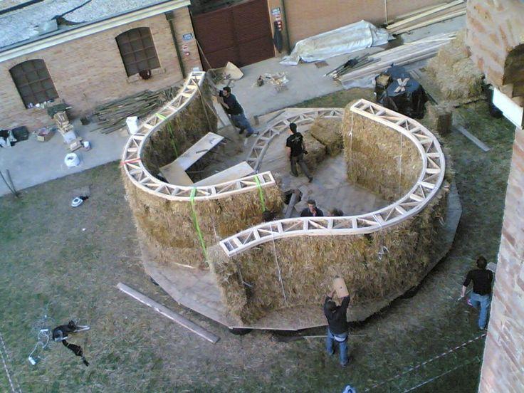 """Venezia, 2006 workshop:  """"COSTRUIRE CON LE BALLE DI PAGLIA  dalla progettazione alla costruzione"""""""