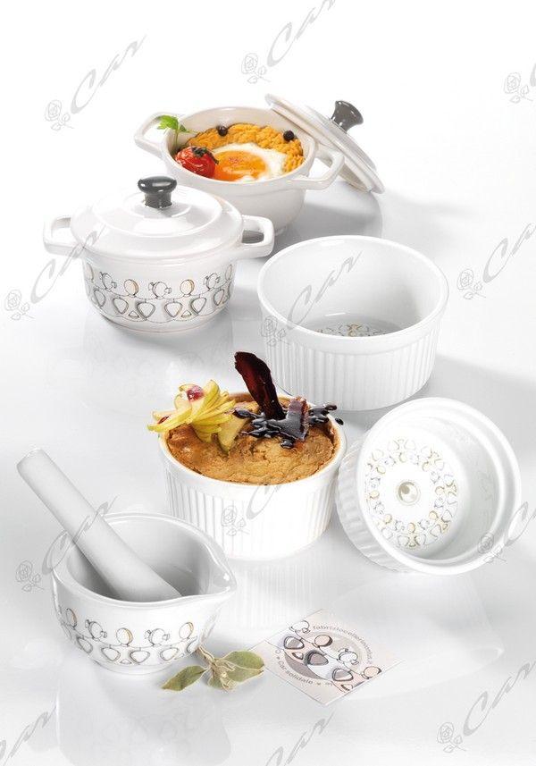 La serie di tegamini e cocotte della Collezione Cocotte del brand Car Solidale sembra fatta appositamente per contenere succulente ricette, ideate con creatività e amore per il cibo