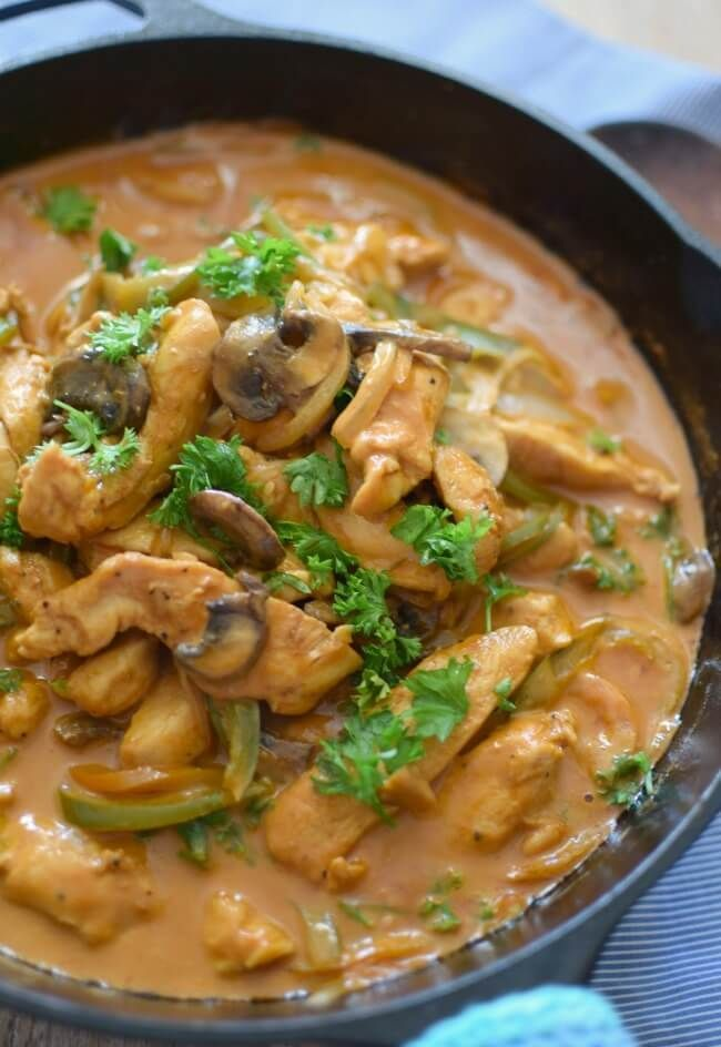 Receta de pollo strogonoff, hecho con setas, aceitunas, salsa de tomate, crema de leche, cebolla y pimentón, fácil y rápido.