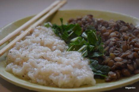 Retete vegetariene delicioase: Orez cu linte si salata de stevie – Retete vegane simple, delicioase si sanatoase