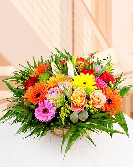 Cos cu flori de vara. Cosuletul contine gerbera, trandafiri, crini.  Summer flower arrangement. The basket contains gerbera, lilies and roses.