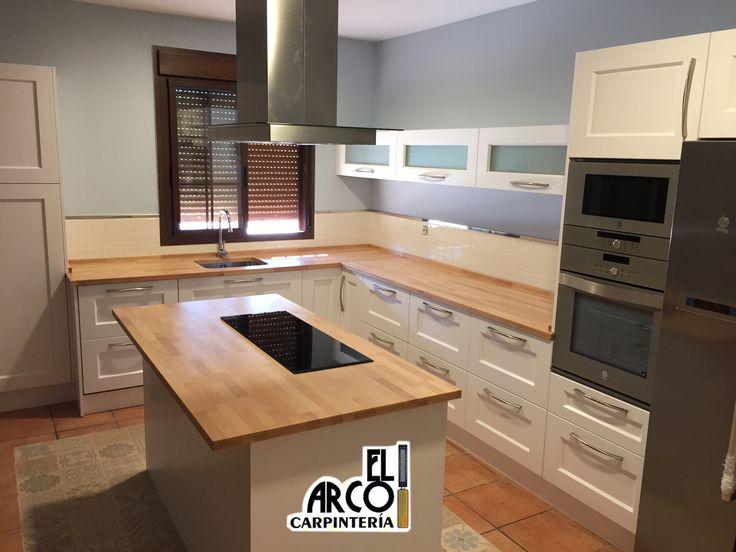 cocina mdf lacada en color blanco en puertas y cajones encimera de madera de haya maciza alistonada acabado barnizado acrlico de alta resistencu