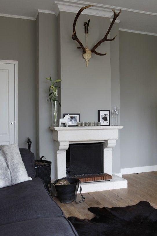 Mooi:vloer - bank - schouw - muur - plafondplint