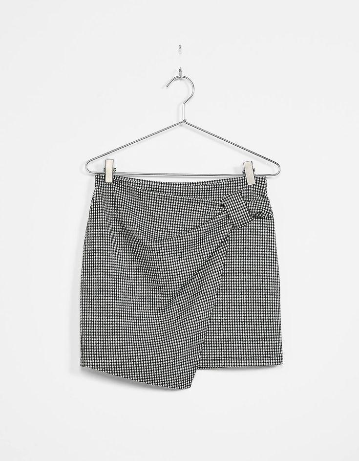 Jupe portefeuille courte fermée par un noeud en pied-de-poule. Découvrez cet article et beaucoup plus sur Bershka, nouveaux produits chaque semaine.
